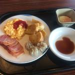 ブリーズベイホテル - 2日目朝食。ベーコン、スクランブルエッグ、フレンチトースト、焼売