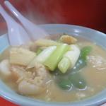 珉珉 - 豚足スープ。 大きめのラーメン鉢で登場。