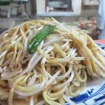 珉珉 - 人気メニューの塩焼きそば。 具は根切りモヤシだけという潔さ。