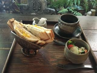 Cafeゆう 梅田店 - ホットサンドのセット。