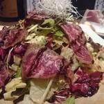 イマザトひでぞう - 和牛たたきとチーズのサラダ