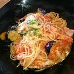 kuro - 揚げなすとベーコン  トマトソース。
