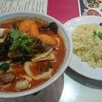 55880672 - 牛スジ入り牛バラ肉刀削麺+蟹炒飯セット1380円