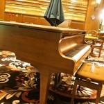 ハイドパーク - 店内(自動演奏のピアノ)