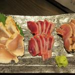55884127 - 鶏刺し盛り合わせ。                       胸肉と砂ズリともも肉です。
