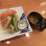 八百亀 - <2016/9月ランチ>メインの季節の天ぷらとお味噌汁。