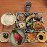 八百亀 - <2016/9月ランチ>季節の天ぷら定食デザート付き2,000円(税込)の、小鉢いろいろ。メインは後ほど。。。
