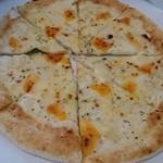 ピザ ロマーノ - クワトロフォルマッジ(1,200円)。