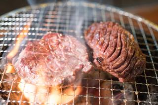 あんぽんたん - 2016.9 炭火の七輪で厚切り上タンとハラミステーキを焼いています