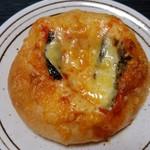 ファミーユ - バジルとチーズのフランスパン(184円)