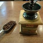 55908966 - コーヒー豆と手挽きミル