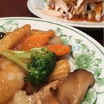中国料理 慶福楼 - 八宝菜と蒸し鶏のごまソースかけ