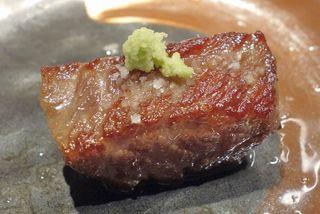薩摩 牛の蔵 四谷店 - 脂の旨味が特に濃く、ピリリとした辛さのわさびとも組み合わせが最高な部位でした。