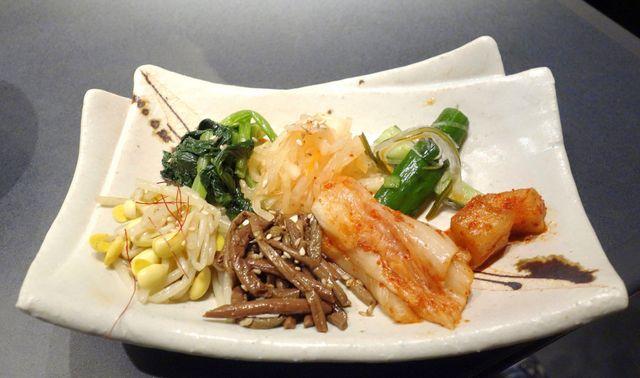 薩摩 牛の蔵 四谷店 - 続いてはコースメニューのキムチ盛り合わせが着丼。円やかな美味しさと辛さが活きた美味しさが楽しめます。