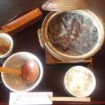 5592992 - くろ汁・本鴨竹炭呉汁そば(1200円)の黒い汁、おおきな土鍋で来ます。そばを待ちます。