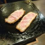 牛かつ もと村 - レアな肉を 石板で焼きます♥ (。・ω・。)ゞ
