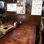 満留賀 - 大テーブルから厨房