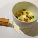 55922913 - とうもろこしの冷製スープ 渡り蟹のジュレ とうもろこしのパン
