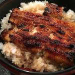 市松 - 鰻丼アップ、焼きは強めですね