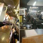 大阪王 - 入ってすぐのカウンター席から店内奥、厨房を見たところ。