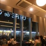 カフェ・ド・クリエ - 天井が高い店内