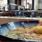饂飩 倉 - 製麺室では大将が生地をこねてます。