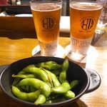 55945811 - 所沢ビール「キャノンボールIPA」、岩手くらブルワリー「ロンドンペールエール」(各S¥405)、お通しは枝豆のアーリオオーリオ(¥200)
