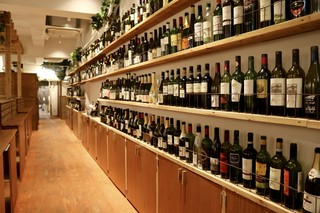 ワイン&焼肉レストラン 承陽庭 - ワイン棚が特徴的な落ち着いた雰囲気