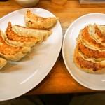 中華トントン - 左:ジャンボびっくり餃子、右:びっくり餃子