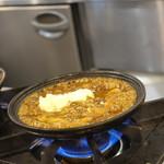 香辛亭 - 店内 わたしのチーズカレーの土鍋が火の上でグツグツ!