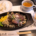 新牛々庵 - 「はしっこステーキ(特盛り)」(1,100円)。サラダとスープorみそ汁がセットのランチメニュー。