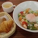 コリドール - 【2016年9月】シーフードとアボガド丼896円(スープ付・パン食べ放題)