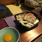55954365 - 鳥すきセット2人前。お代わりが2セット(同じものと、鶏団子バージョン)と、ご飯とメロンが付いてきます。左の方の膝に乗ってる青いのが、問題の紙ナプキン(笑)。