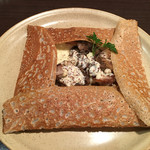 ブレッツ・カフェ・クレープリー - ガレット 播州日向鶏のシードル煮込み、マッシュルーム、チーズ、マスタードソース