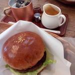 ピークス カフェ - ピークスバーガーとアイスコーヒー