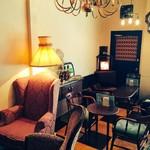 カフェトキオナ - 店内奥にある人気のソファ席。時間を忘れてゆったり寛いでください。