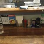 らららのらーめん 一豚力 堺東店 - カウンター席(水はセルフ・紙ナプキン完備)