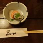 居酒屋 よっちゃん - コントラストが美しい昆布巻かまぼこです