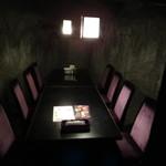 京極忍びの里 - どの席も半個室です。   誰も居ないと、少し不気味
