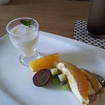 アイレMDレストラン - プラムのタルトにパンナコッタ