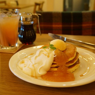 モグモグ - 料理写真:自家製ジャムとバニラと生クリームのパンケーキ