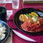 ダイニング&カフェフレール - 料理写真:トマトソース・チーズ手ごねハンバーグ200g、ライス、スープ、サラダ付き¥1000
