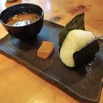 甘味喫茶 おかげ庵 - モーニングサービス:おにぎりセット(おにぎり、本わらび餅、味噌汁)。