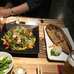 函館海鮮料理 海寿 - 海寿炙りサラダ ・ 羅臼産根ホッケ焼