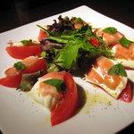 COOPERS - 生ハムとモッツァレラチーズのトマトサラダ