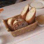 シェ ドンク - 自家焼フランスパンとレーズンと胡麻のカンパニュー