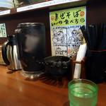 麺屋 金獅子 - 「まぜそばの食べ方」を見てラーメンを待つ。
