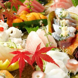 築地から厳選して仕入れる魚介料理
