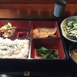 海華月 - 日替わり定食(鯖の味噌煮と豚肉とキノコの塩ダレ炒め)。