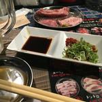 焼肉 虎にツノ - 1,000円セットとタレと薬味